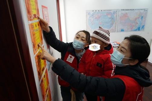 小峰告诉中国红基会工作人员墙上都是他获得的奖状