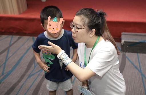语训师一对一教孩子们做呼吸练习