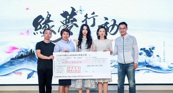 张诚、王淑艳、王艺凝代表书画社将善款赠与缘梦基金爱心大使舒冬、李七月
