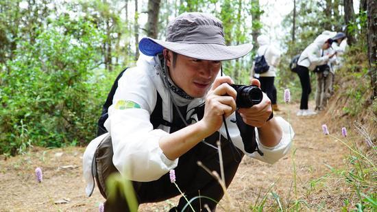 活动中,自然爱好者<strong>1980彩下载</strong>用相机拍下路边发现的植物物种