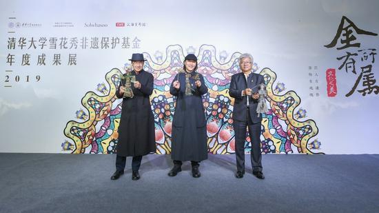 清华大学艺术博物馆副馆长苏丹教授(左)、西安美院教授吴昊(中)、 爱茉莉太平洋中国总裁高祥钦先生(右)合影