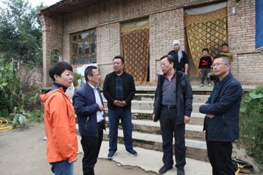 9月19日上午,调研组深入到东乡县陈何村建档立卡贫困户家中走访