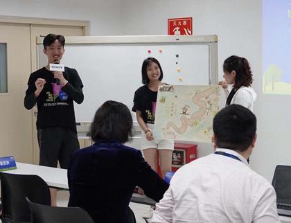 大学生分组展示绿地图绘制作品