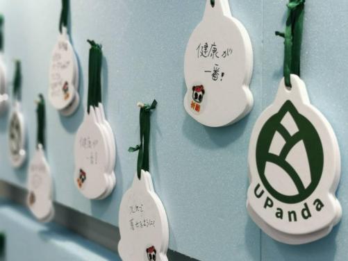 (祈愿牌将在活动后带回中国,在中国大熊猫保护研究中心神树坪基地进行展示)