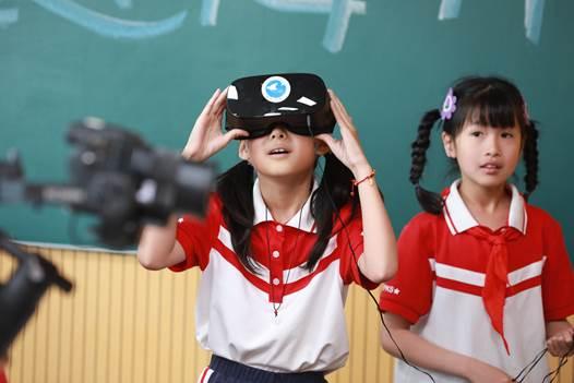 学生们对全景VR课件沉浸式体验充满期待