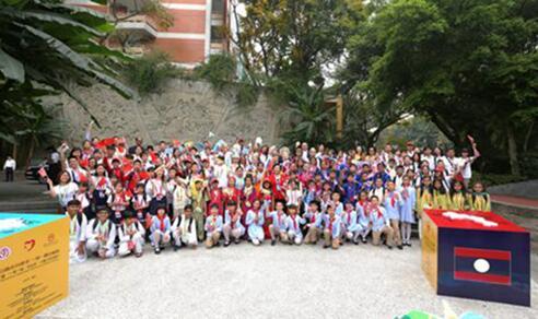 十国少年来到重庆市人民小学并合影