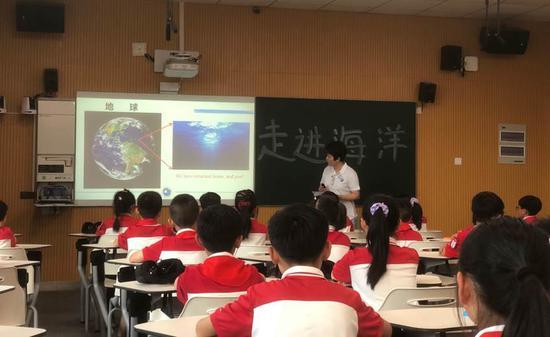 资深潜水专家、水下摄影师王嘉蓓老师讲授《走进海洋》