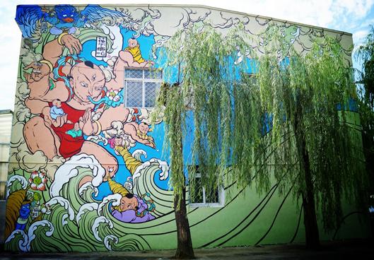 中国青年墙绘艺术家文那为北京市昌平区振华学校创作大型彩色墙绘