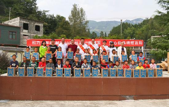"""恒昌员工及""""北京榜样""""代表在花园小学捐赠爱心包裹"""
