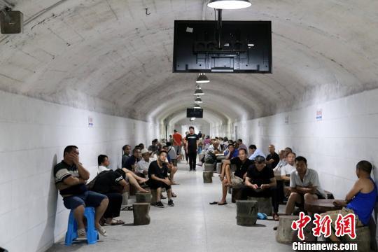 """广西柳州防空洞如""""天然空调"""" 民众洞内避暑纳凉(二)"""