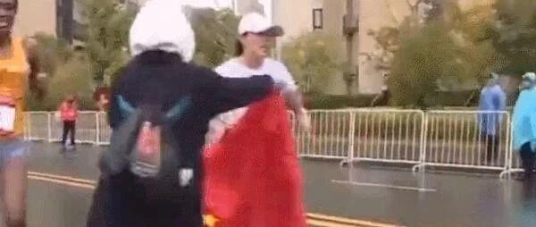 中国马拉松选手冲刺遭志愿者2次递国旗干扰 官方回应