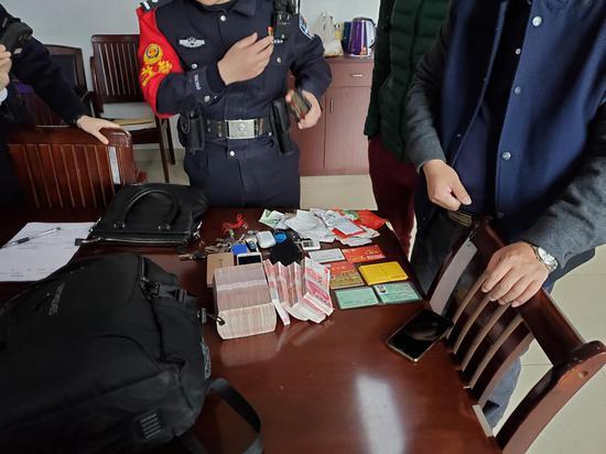 包里突然多出15萬現金 這位桂平旅客的舉動讓人怒贊