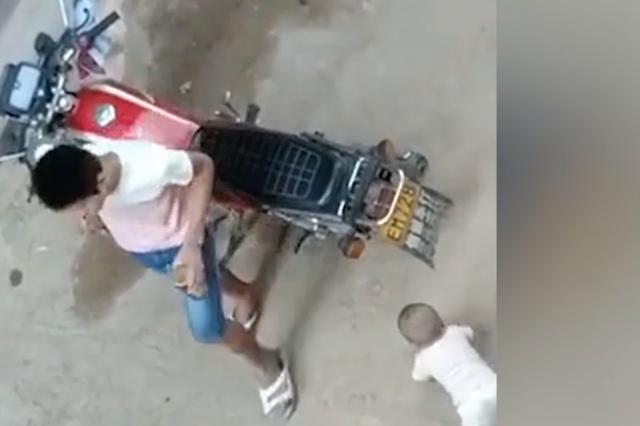 广西一父亲将11月大男婴弃路边 任其哭闹爬行(视频)