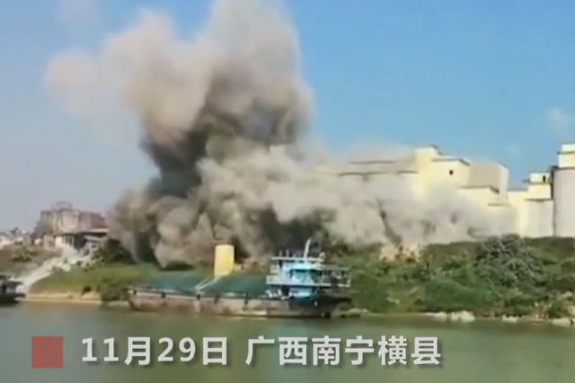 """广西一大桥附近升起""""蘑菇云"""" 官方回应:粉尘泄漏"""