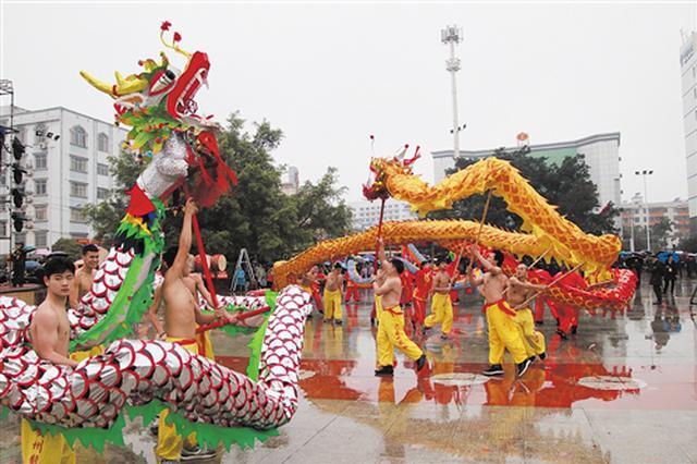 宾阳炮龙节:非遗展演魅力大 万名游客齐喝彩(图)