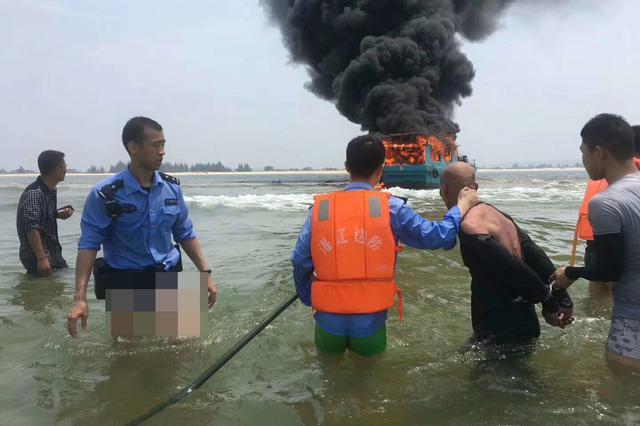 湛江偷船嫌犯暴力抗法点燃渔船致爆炸 民警将其救出