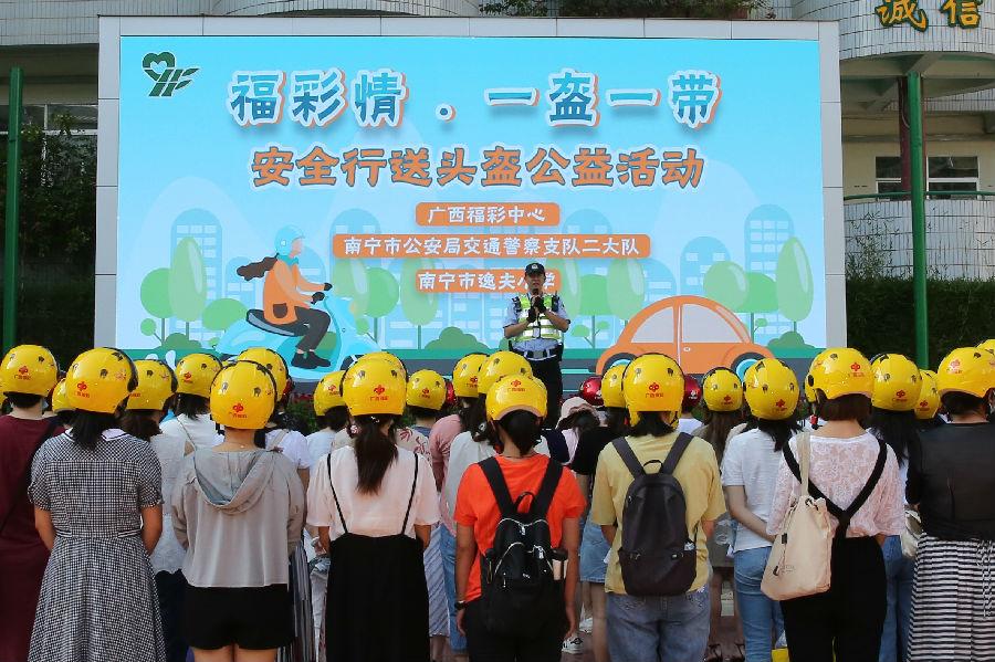 南宁市逸夫小学法制副校长(南宁市交警二大队副教导员)王永茂给老师们宣传非机动车戴头盔的重要性
