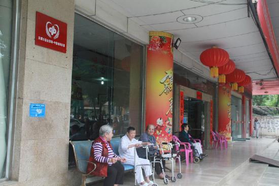 """在百色華宇樂安老院主體大樓內掛著印有""""福彩公益金資助——中國福利彩票""""字樣的牌子。"""