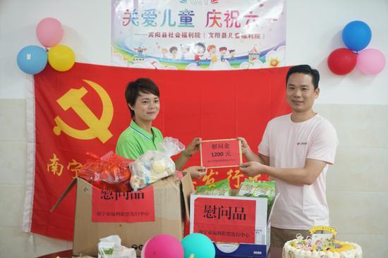 圖1:徐輝龍主任代表市福彩中心向孤殘兒童捐贈款物
