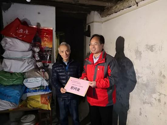 中心党总支副书记梁卫为衡阳北社区孤寡老人送上慰问金