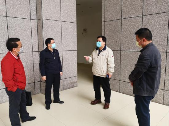 自治區民政廳副廳長、黨組副書記韋力行(右二)到廣西福彩中心指導疫情防控工作