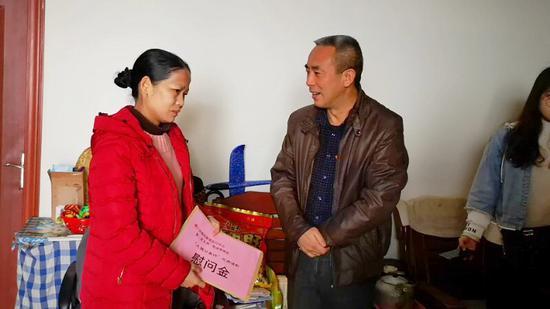 中心党总支副书记杨志刚询问望州东社区困难家庭情况