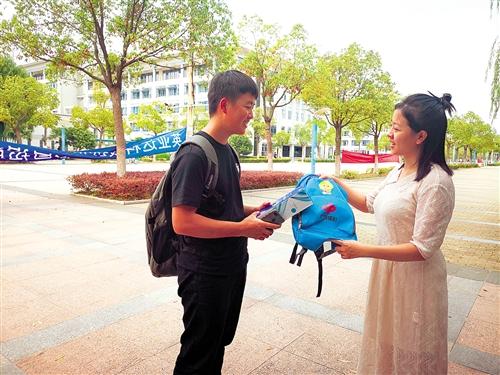 福彩工作人員給韋偉(左)送來慰問品 本報記者 林靈 攝