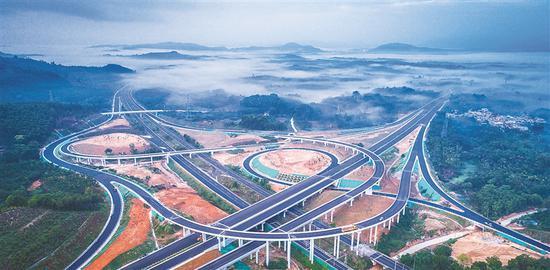 万洋高速公路:交通新动脉 穿行云雾间