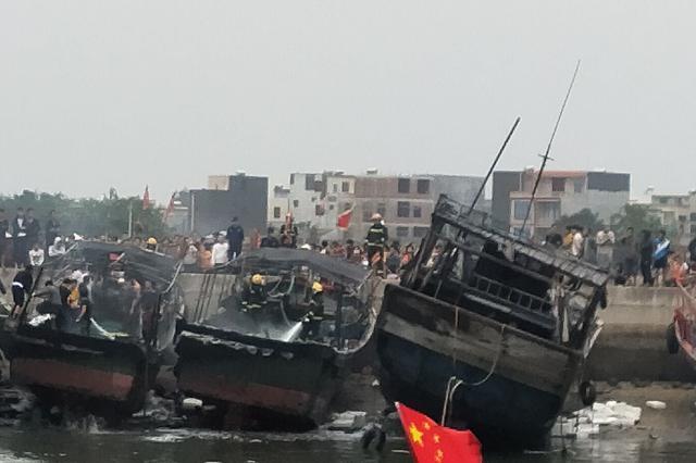 黑烟弥漫!儋州扬帆码头火烧连营 3艘渔船被烧毁