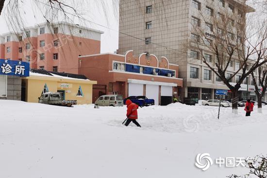 受强降雪影响,内蒙古通辽市市区积雪深厚。(图/杨旋)