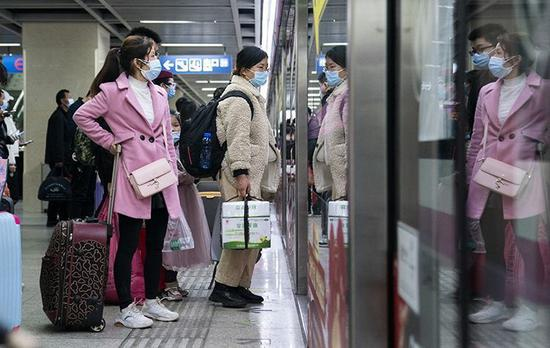 达到武汉的游客守候换乘地铁。新京报记者陶冉摄