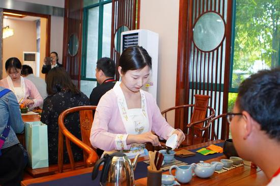 融媒采风团参观茶艺实训室