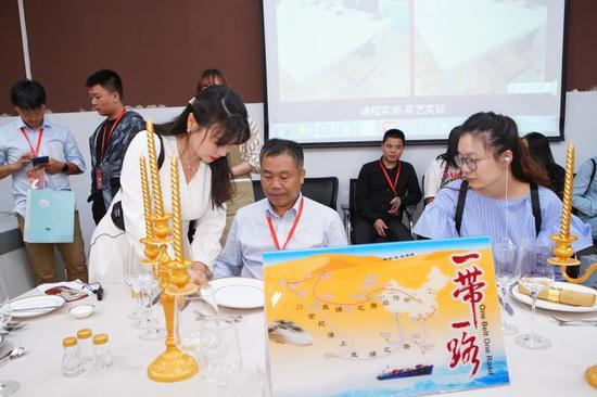 全国融媒记者在中西餐实训室采访