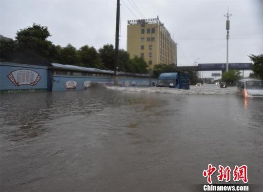 暴雨导致路段积水严峻 黄登极 摄