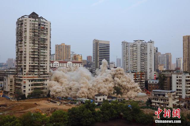 湖北宜昌爆破拆除城中高樓