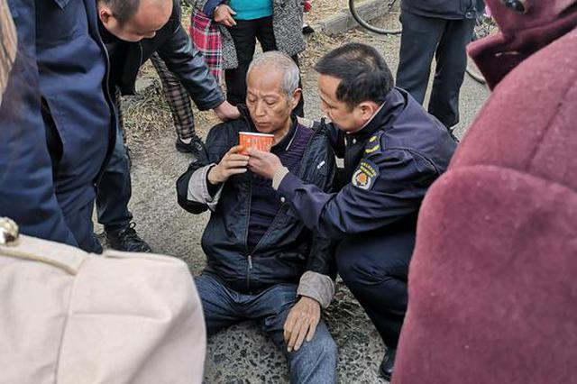 新洲七旬老人暈倒路邊 城管熱心救護送老人安全回家