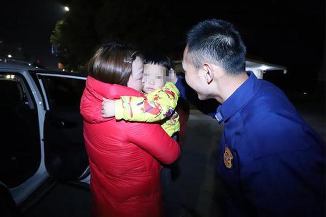 房縣5歲男童與家人走散 消防和民警協同幫他找到家人