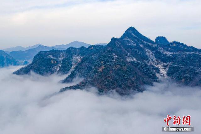 湖北保康云霧繞群山 雪后山鄉如畫境