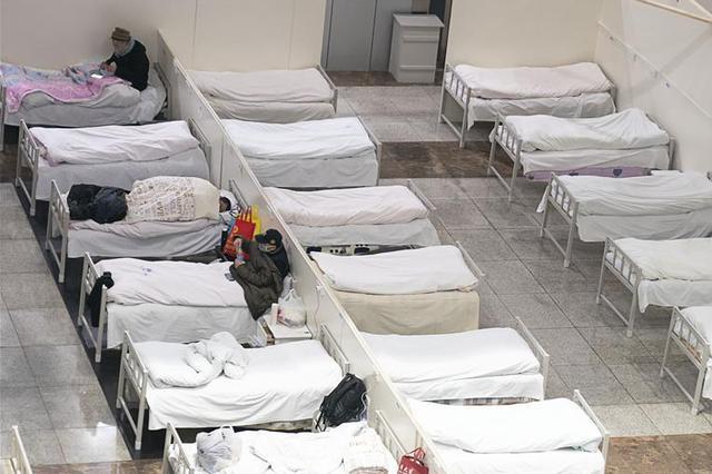 武漢首個方艙醫院開始收治病人