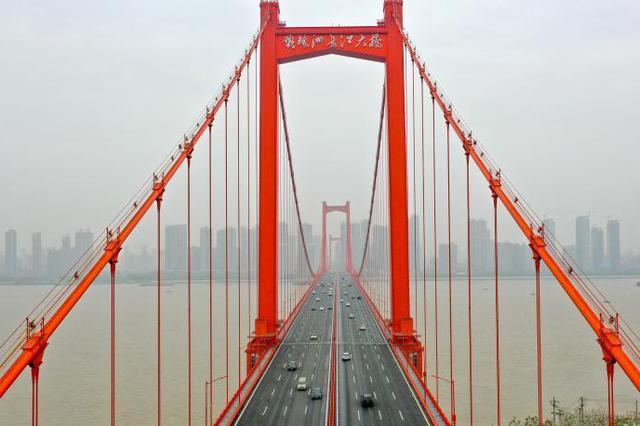航拍武漢跨江大橋:車輛明顯增多