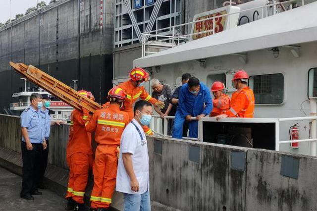 三峽船閘內船員突發疾病 消防架梯搭通道