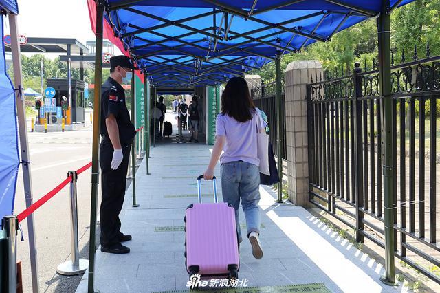 武漢首批大學生返校
