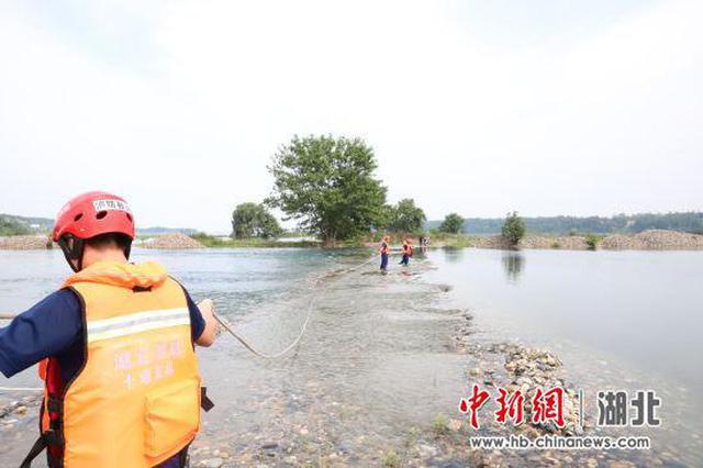 丹江口女子尋石被困淺灘 消防員渡河救援