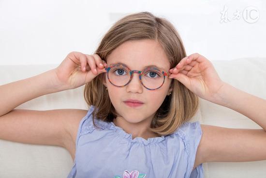 带平光眼镜会近视吗_近视应该戴眼镜吗-无近视戴什么眼镜好 儿童近视戴眼镜 近视要 ...