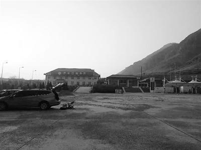 高速汽车抛锚图片_张石高速一服务区暂停加油 多辆过路车抛锚_新浪河北_新浪网