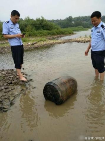 村民河里捞鱼 捞到大型航空炸弹