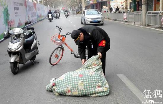郑州男子突发心脏病晕倒马路 巡防医生相救挽回性命