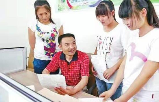 """漯河好老師榮登""""中國好人榜"""" 患病堅守講臺37年"""