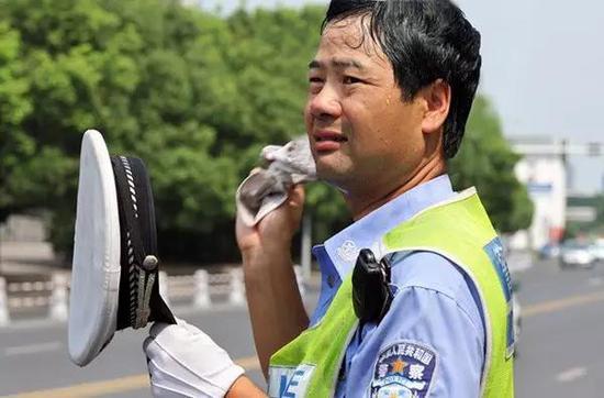顶着炎炎烈日_38℃高温下的郑州人是什么样的 一组图片告诉你_新浪河南_新浪网