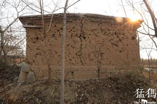 被垫在房子底下当做墙基使用的残破石人。